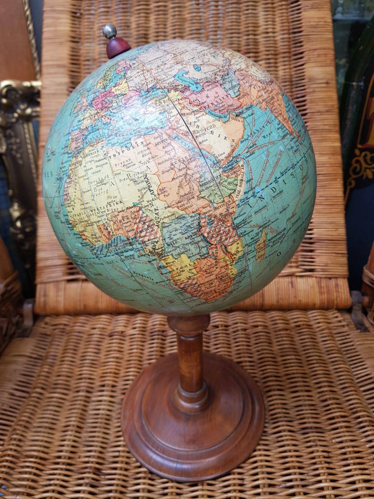 Globus Nussbaumsockel • Antiquitäten