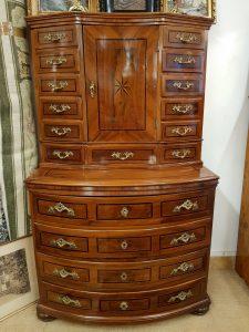 Holzobjekte/Möbel • Antiquitäten