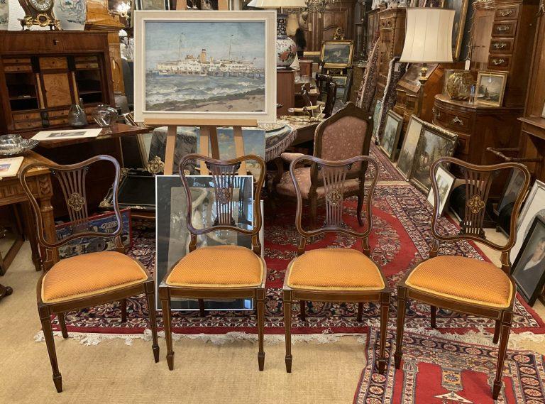 Vier Stühle im Edwardian-Stil • Antiquitäten