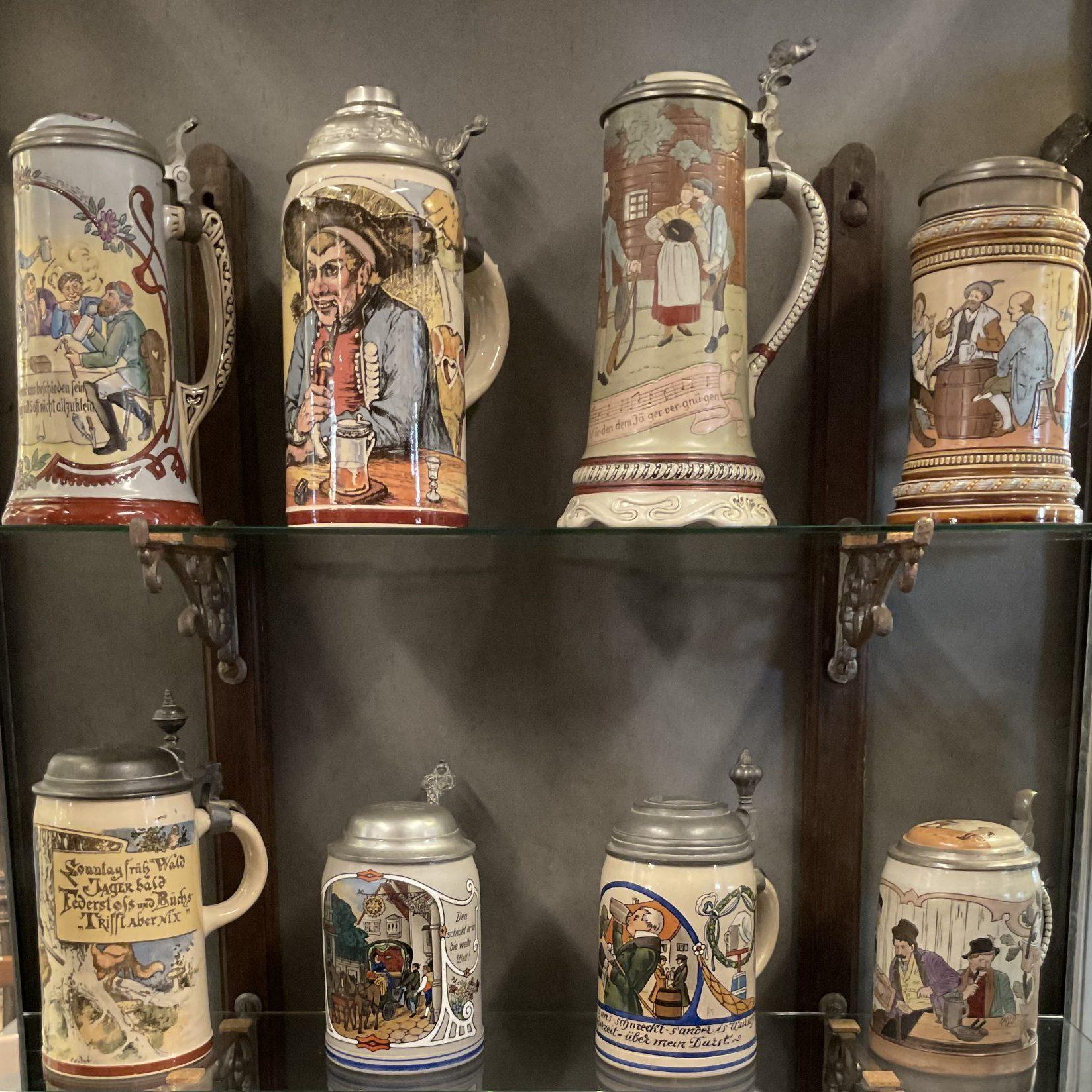 Auswahl an Keramikkrügen • Antiquitäten
