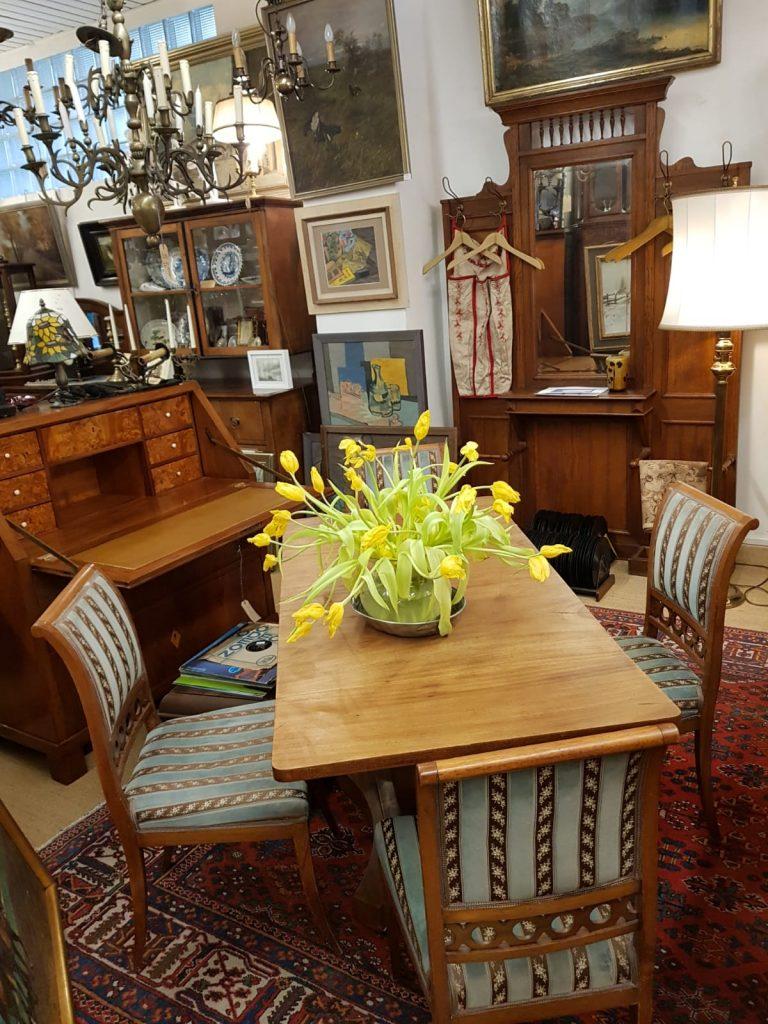 Ausklappbarer Tisch/Vier Stühle • Antiquitäten